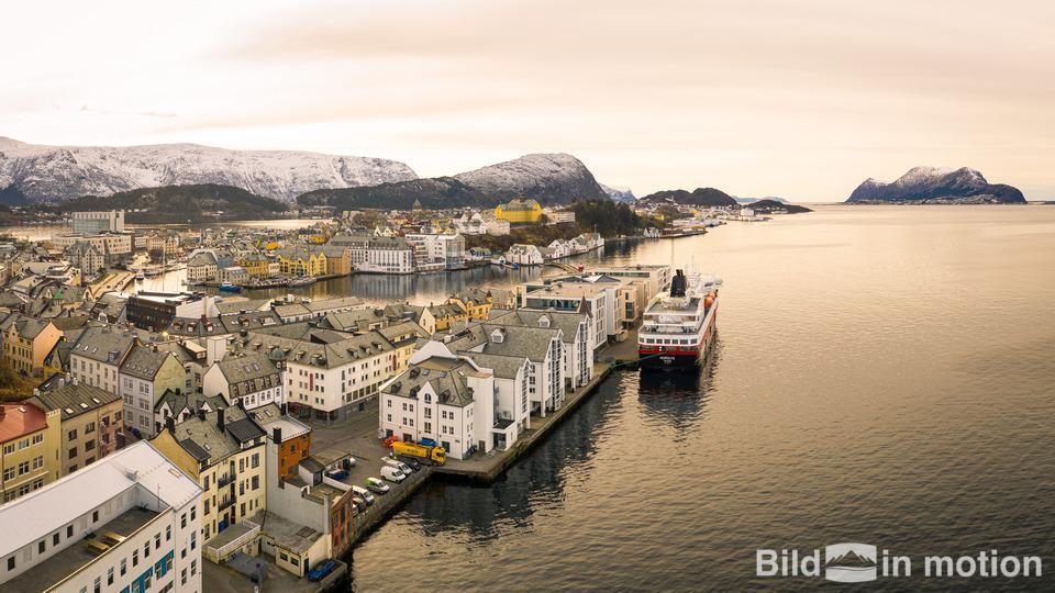 Bild von Drohne auf den Lofoten in Norwegen bei Sonnenuntergang