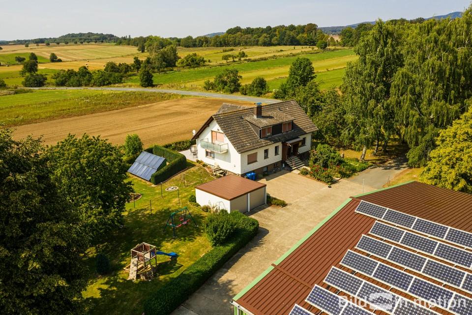 Drohnenbild Haus mit Solaranlage Inspektion